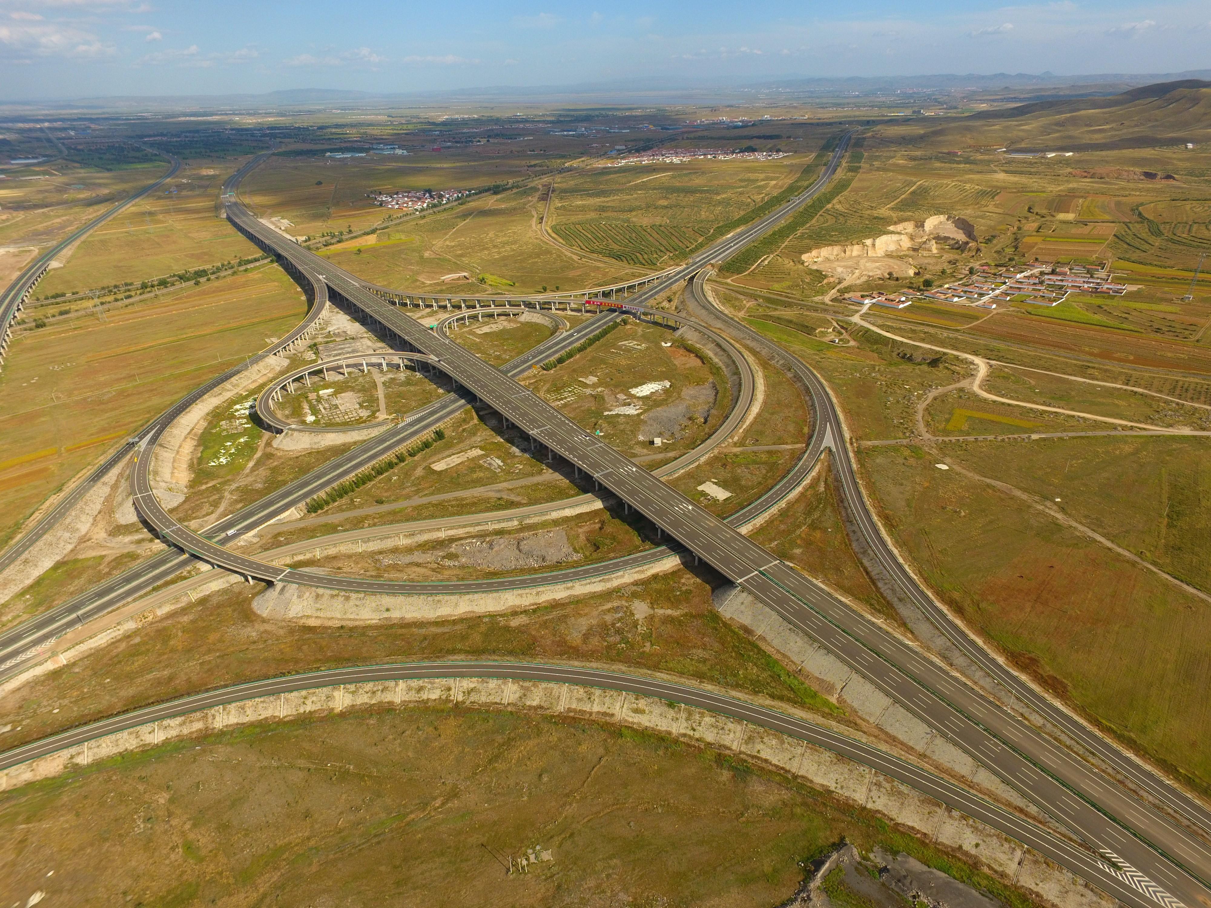 5内蒙古京新高速公路,是国家高速公路网的重要通道,战略地位突出、维稳戍边意义重大,是万博官网登录入口万博manbetx官网入口首次在内蒙古承建高速公路,2016年建成通车.jpg