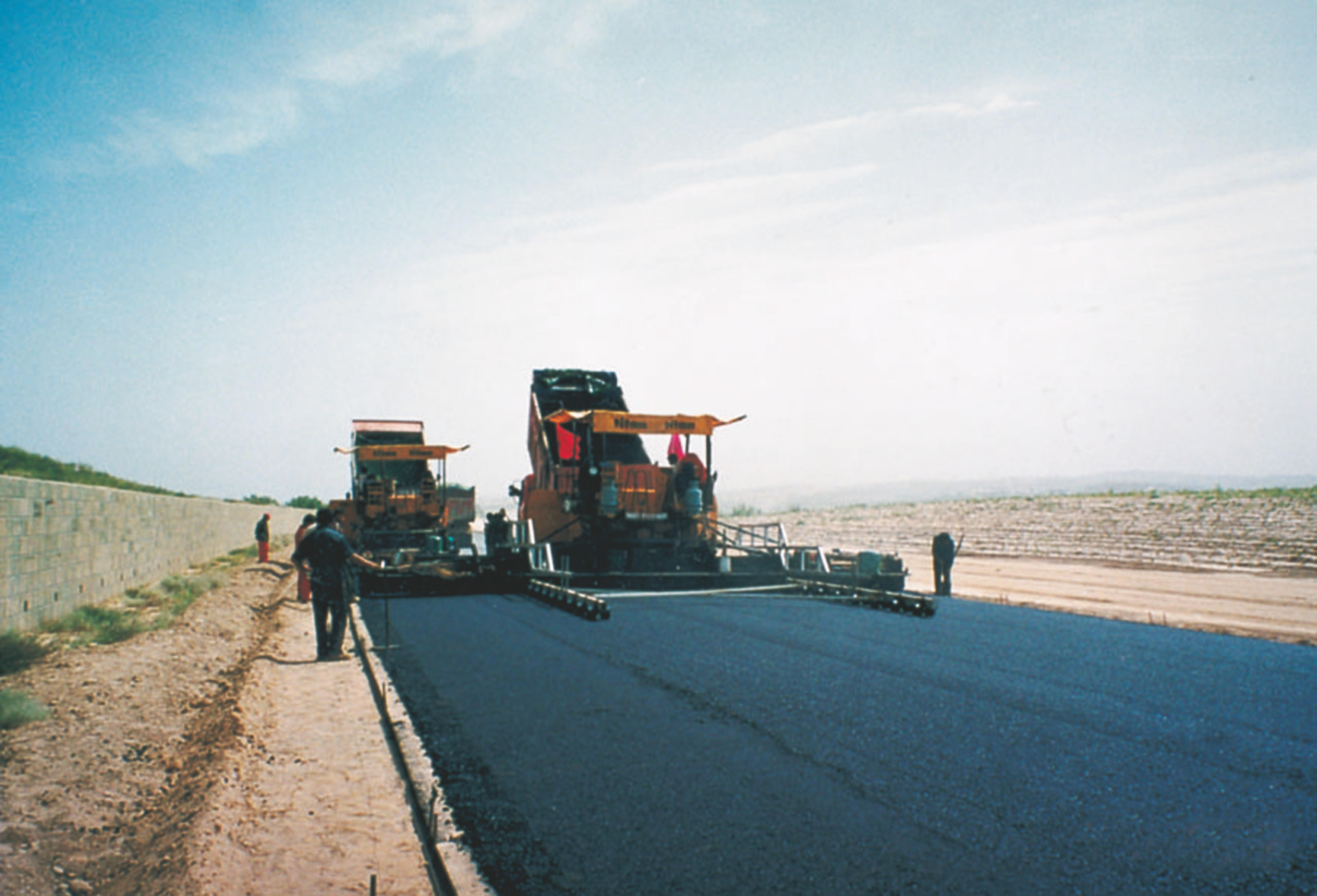 """6陕西榆林至靖阳高速公路,我国沙漠地区建设的第一条高速公路,2005年获中国建筑工程""""鲁班奖"""".jpg"""