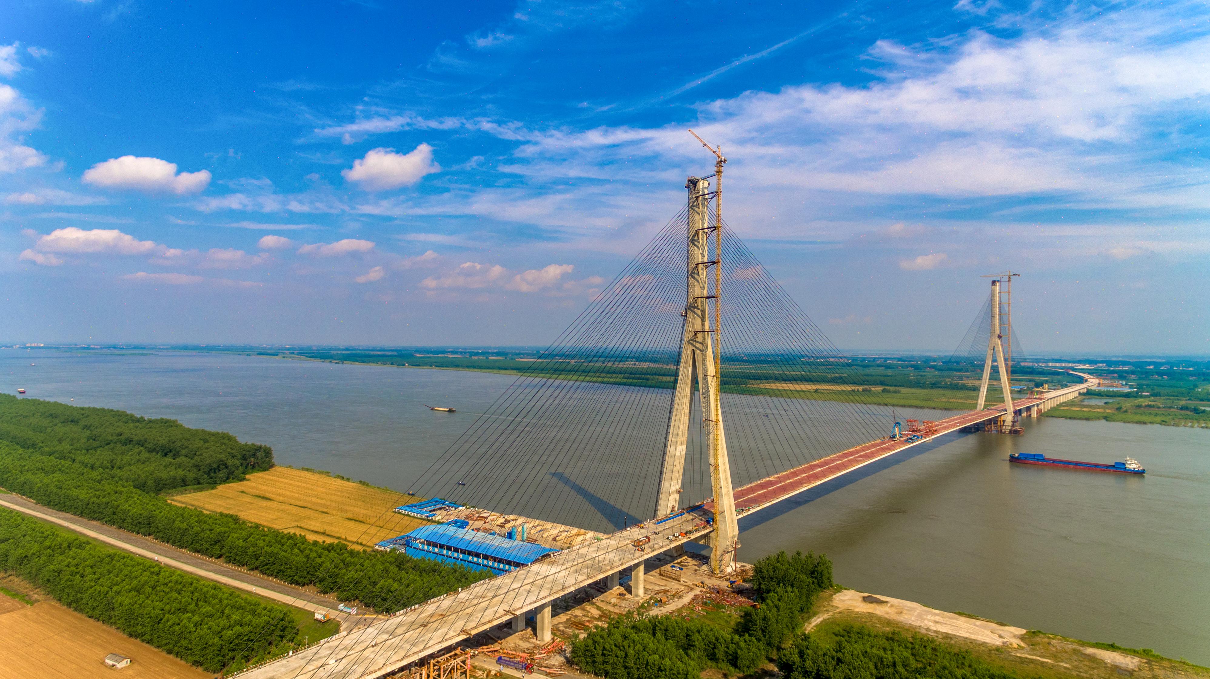 嘉鱼长江公路大桥成功合龙