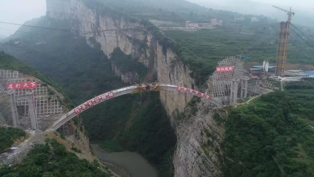 """鸡鸣三省大桥合龙——绝壁上开""""天门"""",一桥打通""""鸡鸣三省"""",2个半小时车程变1分钟"""